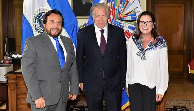 El vicepresidente de El Salvador, Félix Ulloa, junto al secretario general de la OEA, Luis Almagro, y la canciller salvadoreña, Alexandra Hill. Foto: @Almagro_OEA2015